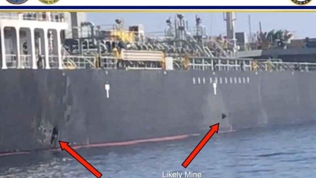 Imagen facilitada por EEUU que muestra los daños en el buque japonés ocasionados por minas lapa