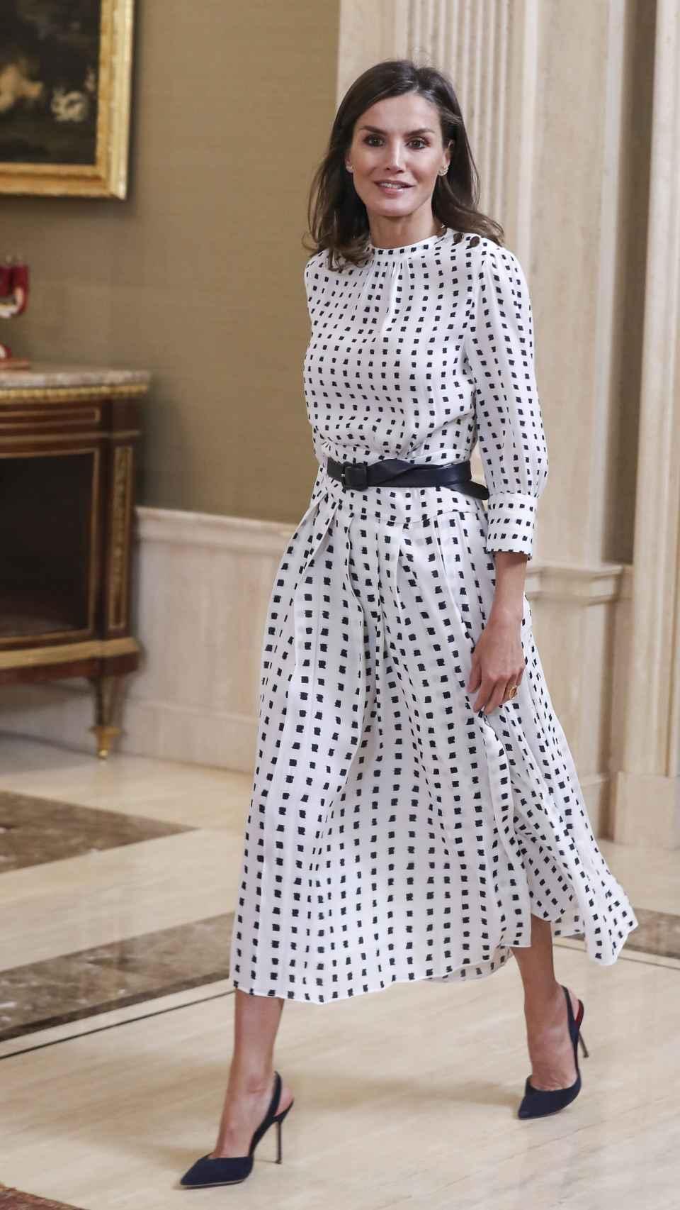 Letizia ha vuelto a lucir el vestido de Massimo Dutti en color blanco con lunares negros.