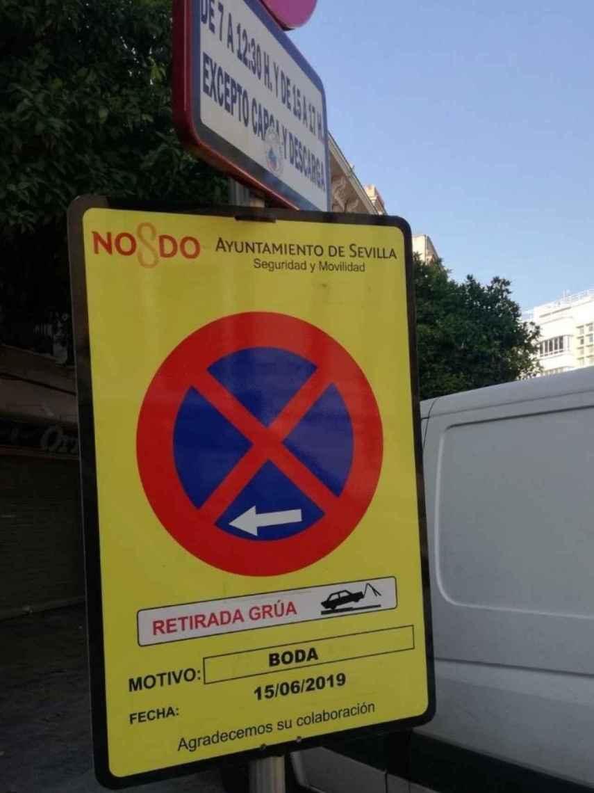 Señales de 'no aparcar' en los aledaños de la Catedral de Sevilla.