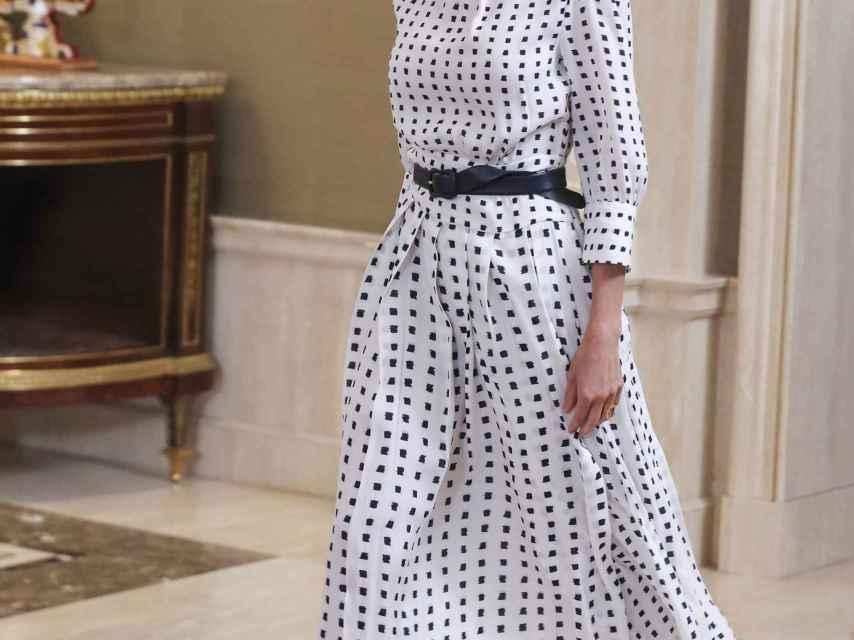 Detalle del cinturón que la Reina ha lucido este viernes, para remarcar la cintura.