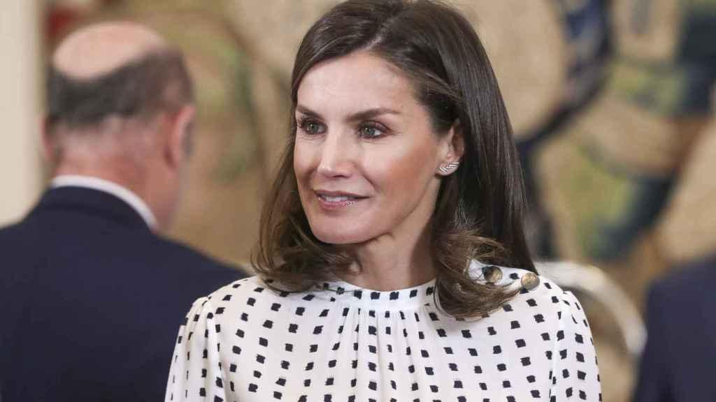 La Reina ha optado por unos pendientes de diamante de Gold&Roses.