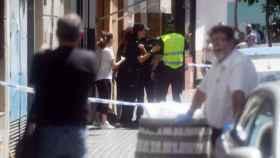 Agentes de la Policía Nacional y Local a las puertas del bloque de pisos en la calle Espejo Blanca de Córdoba
