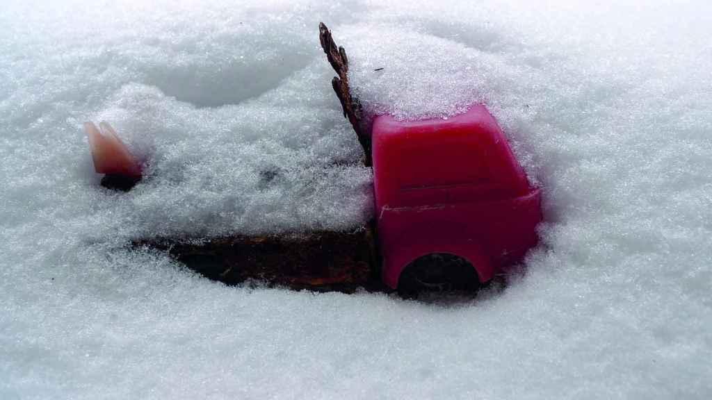 Un juguete infantil enterrado en la nieve en Prypiat