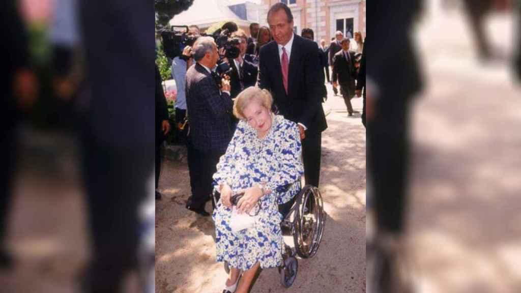 Juan Carlos I junto a su madre, Pilar de Borbón.