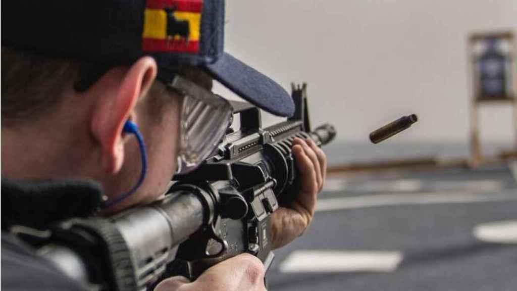 Militar estadounidense a bordo del destructor USS Carney.
