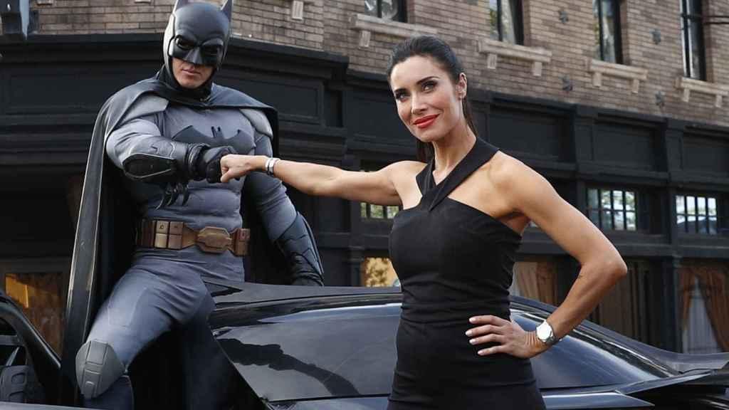 Pilar Rubio posa junto a Batman en su último evento público.