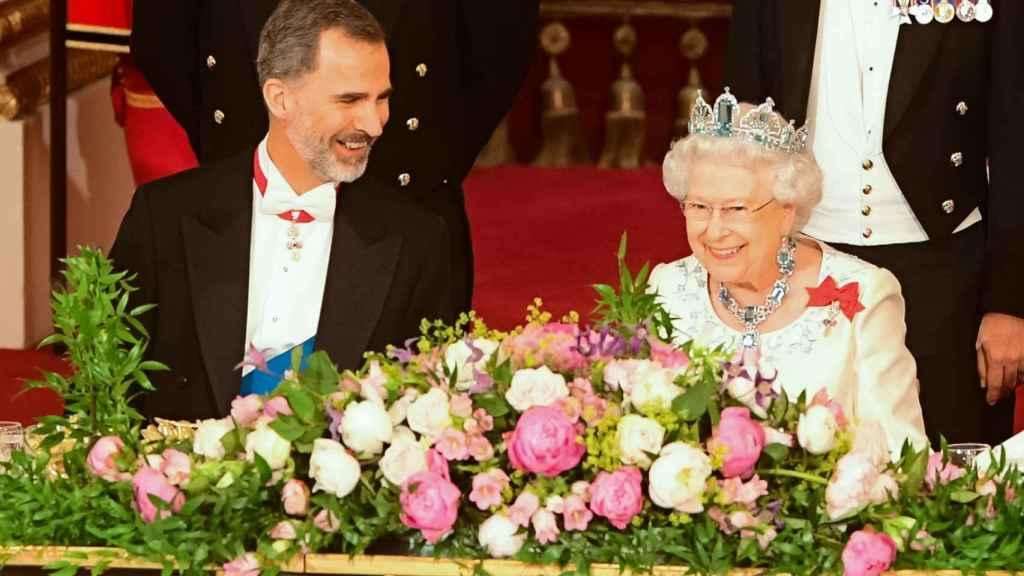La reina Isabel II junto a Felipe Vi durante su visita a Inglaterra en el año 2017.