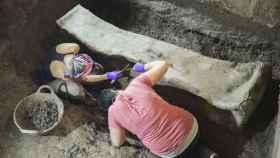 Arqueólogos trabajando sobre el sarcófago.