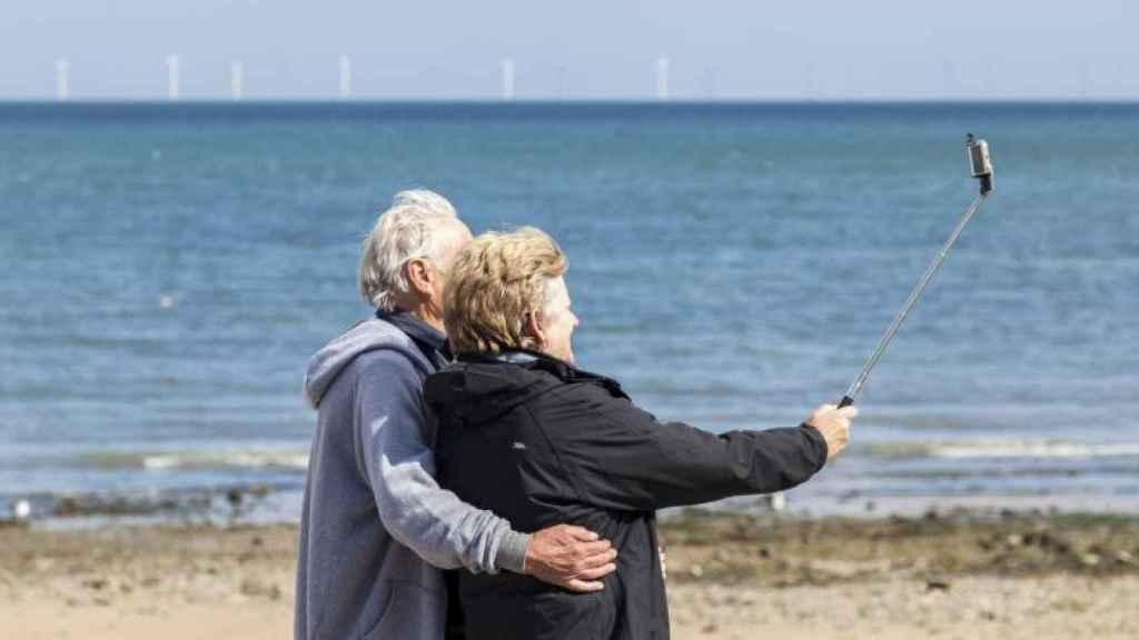 Una pareja se hace un selfie durante un viaje del Imserso.