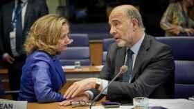La ministra Calviño conversa con el comisario Moscovici durante el Eurogrupo de Luxemburgo