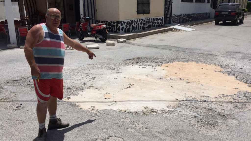Jose, del Bar Mari, muestra los socavones en el suelo