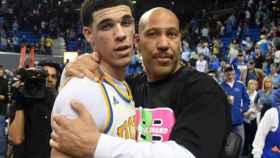 LaVar Ball junto a su hijo Lonzo.