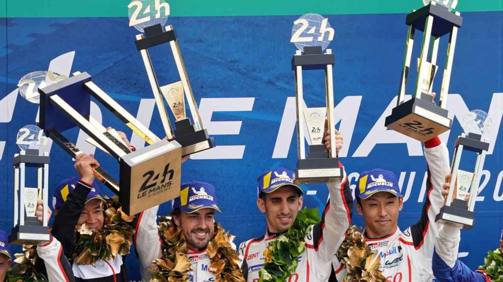Fernando Alonso, junto a sus compañeros, tras conquistar el Mundial de Resistencia