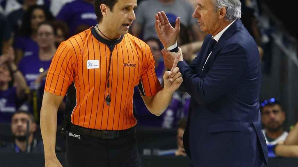 Carlos Peruga y Pesic dialogan en el primer partido de la final
