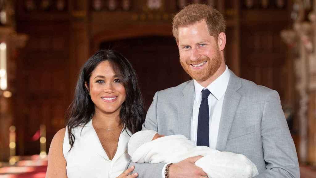 Meghan y Harry han aprovecha una especial fecha británica para mostrar un nueva foto de su bebé.