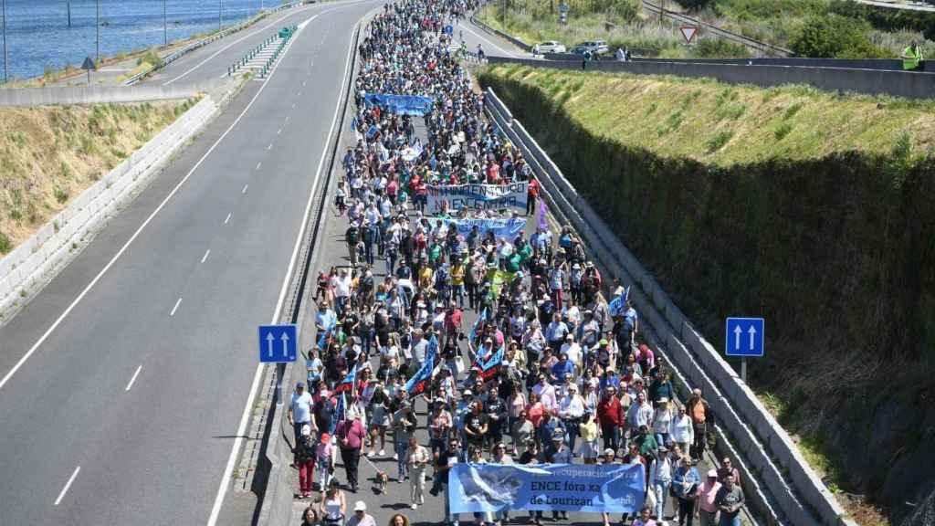 Miles de manifestantes contra la prórroga de la fábrica de Ence en la ría de Pontevedra.
