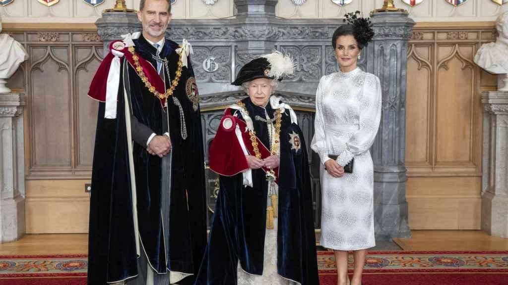 Los reyes de España, Felipe y Letizia, junto a la reina de Inglaterra en Londres.