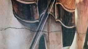 Detalle de la grieta en el mural de cerámica junto a San Prudencio
