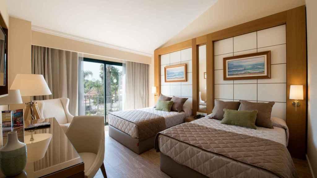 Una de las habitaciones del hotel Port Aventura, reformada por la división de Empresas de El Corte Inglés.