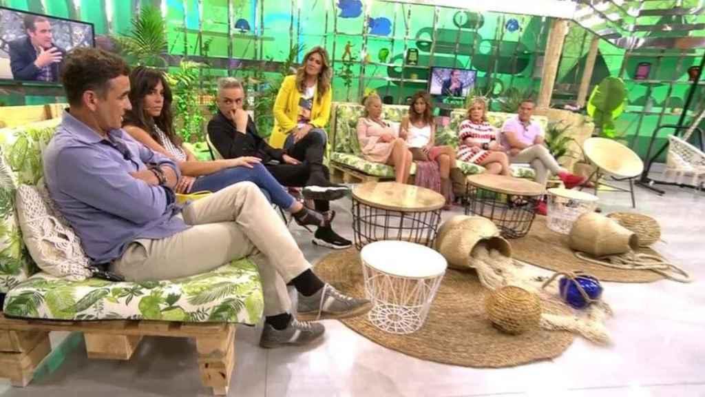 Los colaboradores de 'Sálvame' junto a la presentadora Carlota Corredera.