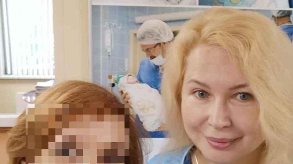 En ocasiones, acompaña a sus clientas al hospital cuando da a luz.