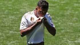 Rodrygo Goes se besa el escudo de la camiseta