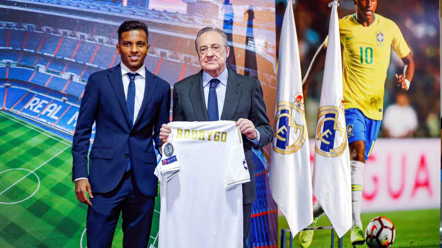 Rodrygo Goes y Florentino Pérez posan con la camiseta del Real Madrid