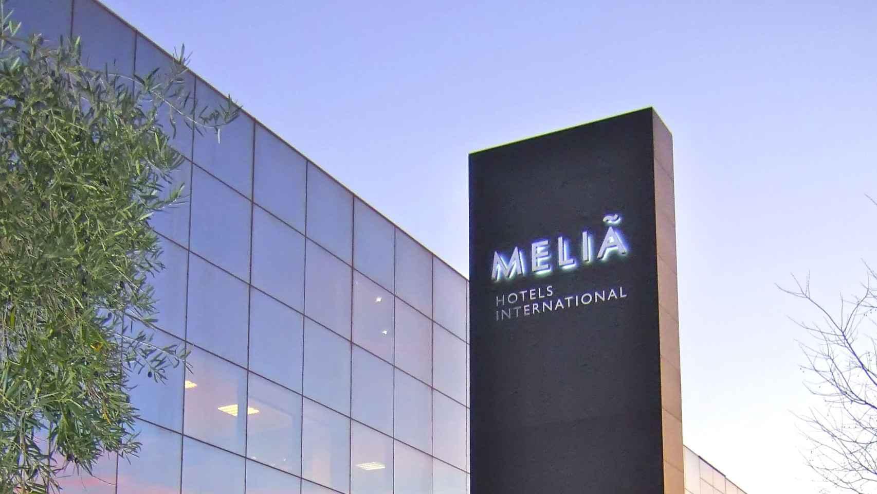 Un rótulo de Meliá Hotels a la entrada de uno de sus establecimientos.