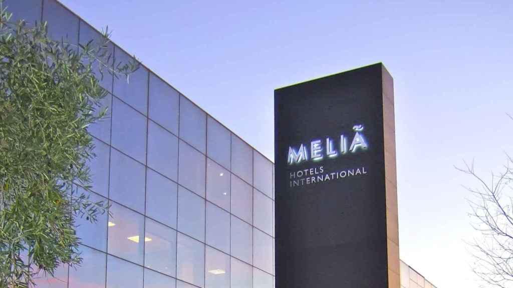Rótulo de Meliá Hotels a la entrada de uno de sus establecimientos.