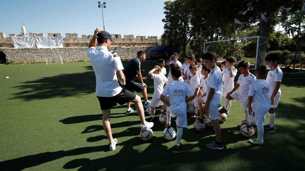 Niños palestinos entrenan en las murallas de Jerusalén con preparadores del Real Madrid