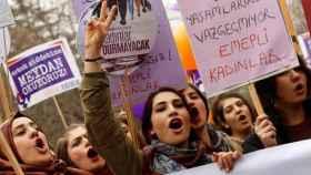 Las turcas feministas se manifiestan por la igualdad.