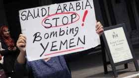 Un cartel que dice: Arabia Saudí, deja de bombardear Yemen.