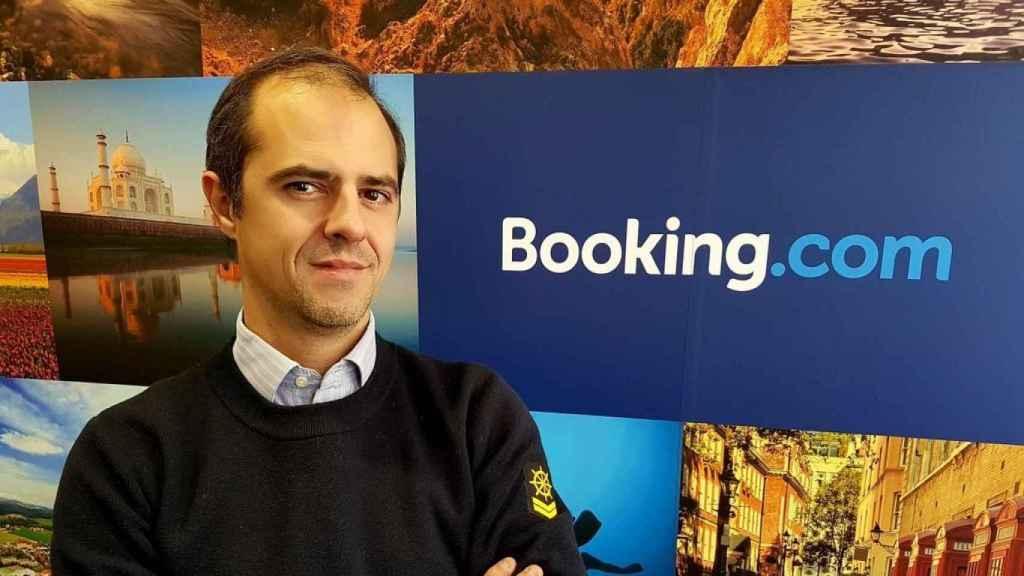 Koldo Sagastizábal con el cartel de 'Booking.com', la web donde trabaja.