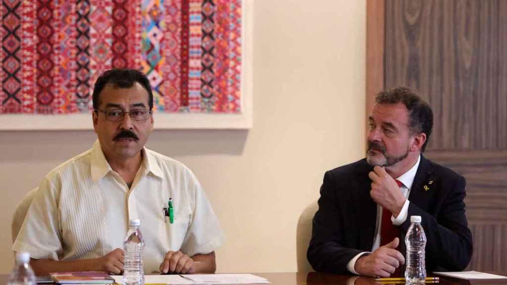 El director de Asuntos Internacionales del INPI, Saul Vicente (a la izquierda), y el conseller de Exteriores de la Generalitat, Alfred Bosch (a la derecha), durante la reunión mantenida en Ciudad de México.