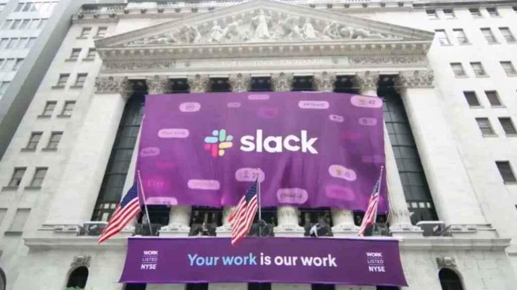 Bandera con el logo de Slack colgando del edificio de la Bolsa de Nueva York.