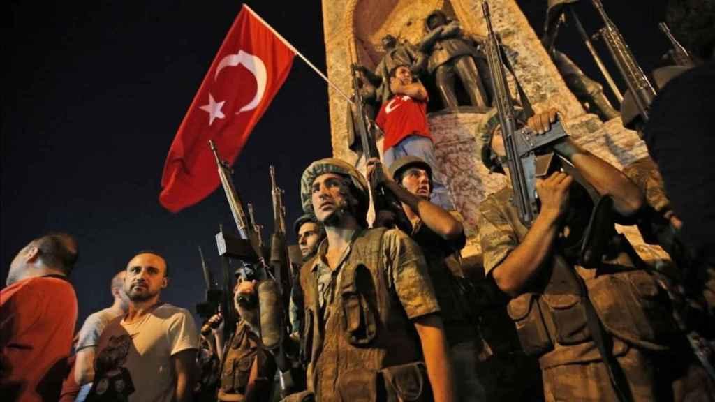 Soldados turcos durante el golpe de Estado de 2016.