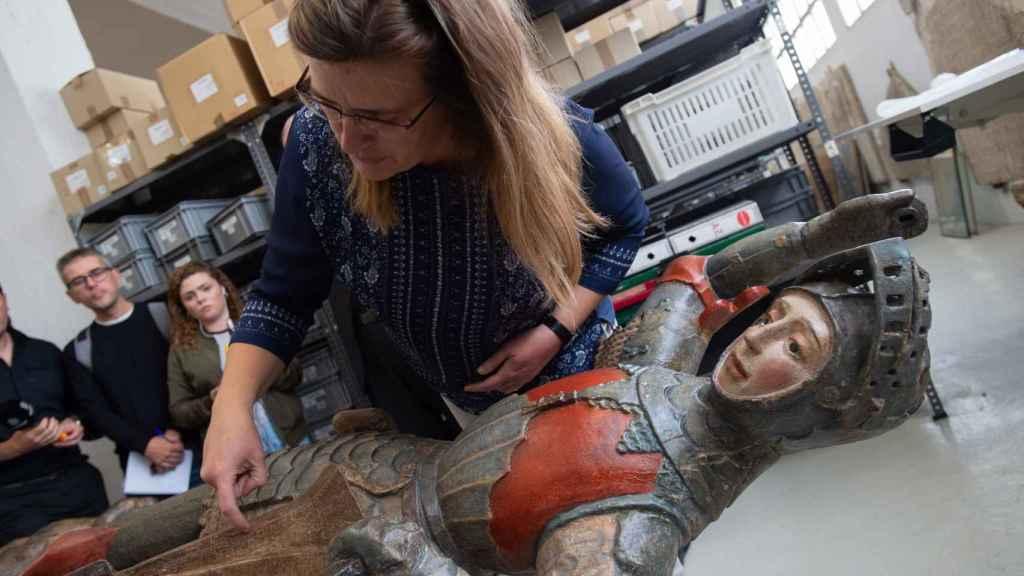 La jefa de la sección de Registro de bienes y Arqueologia del Gobierno de Navarra, Alicia Ancho, durante la presentación del San Jorge de Estella restaurado.