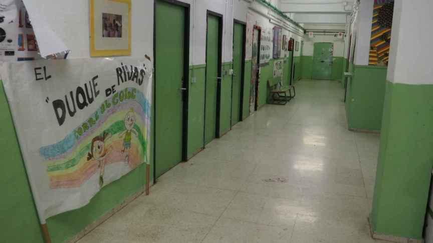 Los pasillos del colegio estaban vacíos porque los alumnos del centro se encontraban de excursión.