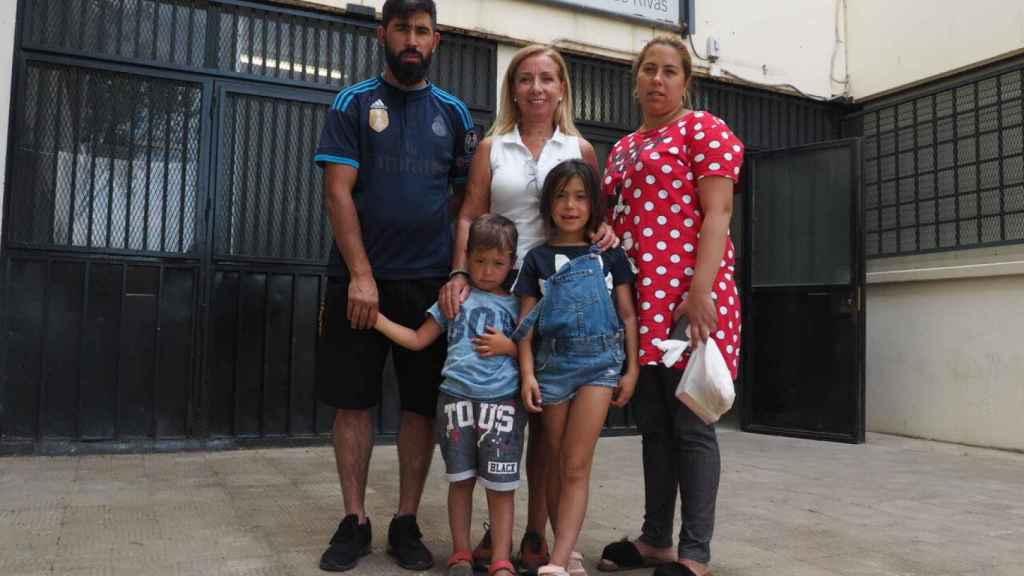 La directora del colegio Duque de Rivas (centro) junto a un matrimonio y sus dos hijos, alumnos del centro.