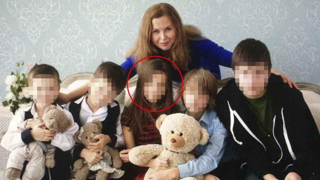 Olga K., junto a sus cinco hijos.
