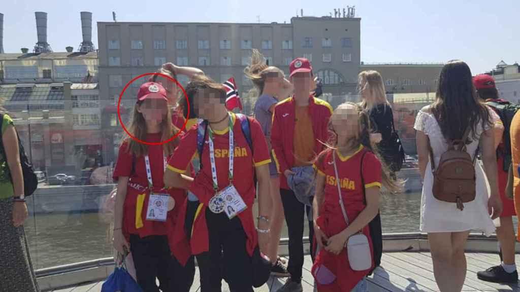 Karoline K. junto a otros compañeros de su equipo de natación profesional.