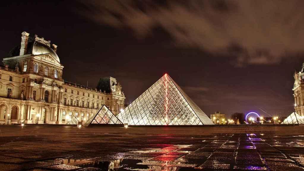 Desde la Plaza de la Concordia podemos llegar al Museo del Louvre.