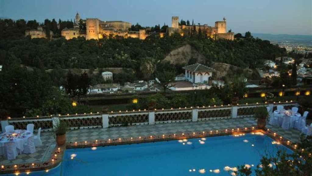 La impresionante piscina interior del carmen, con vistas a la Alhambra.
