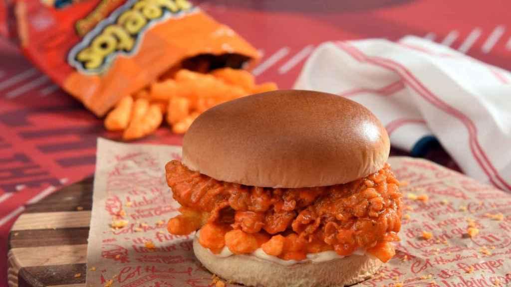 Hamburguesa de pollo frito y Cheetos, la guarrindongada de KFC que arrasa antes de salir