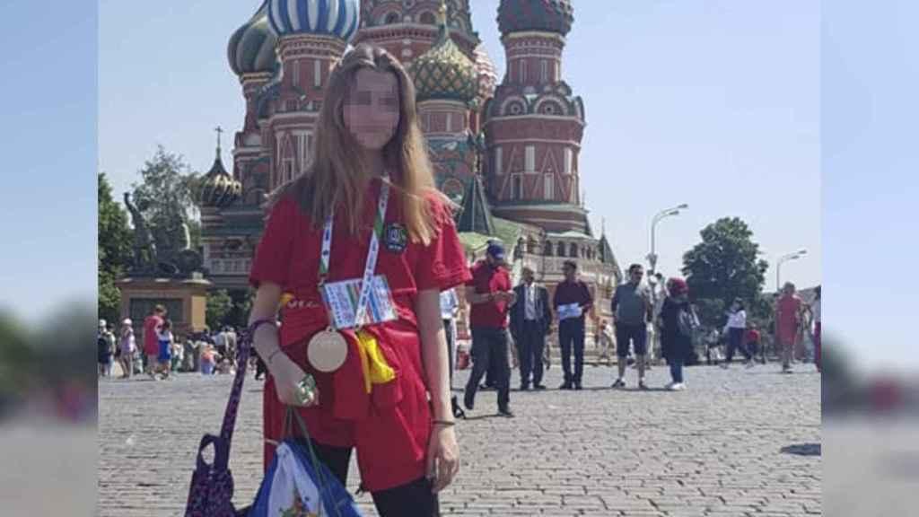 Karoline, la víctima del asesinato, posa con su medalla tras haber asistido a una competición de natación en Moscú.