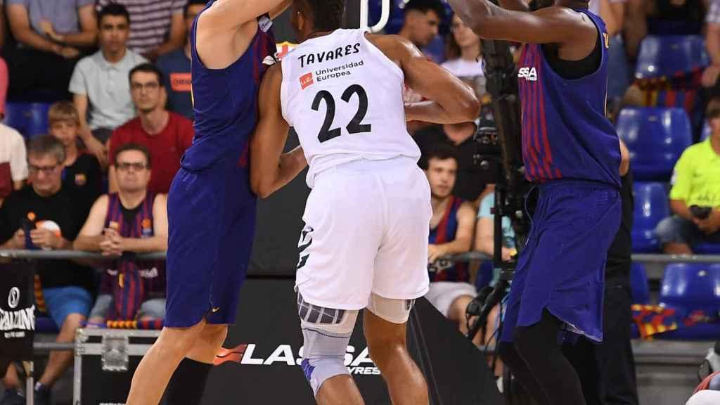 Tavares disputa un balón contra el Barça