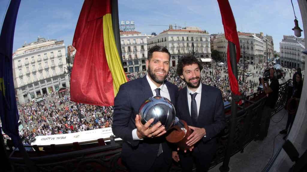 Felipe Reyes y Llull posan con el trofeo de Liga