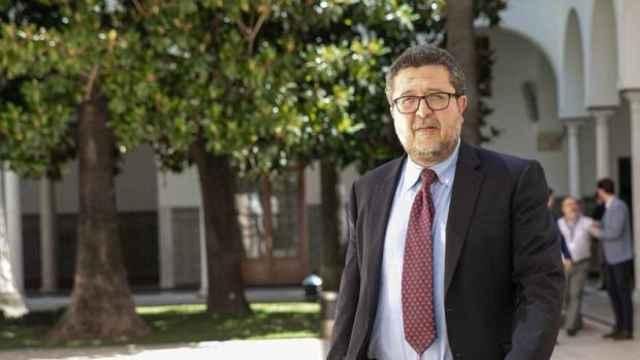 Francisco Serrano en los pasillos del parlamento andaluz.