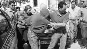 Raquel (izquierda), con el rostro al descubierto, e Iria, que lo oculta bajo la capucha de su sudadera, llegando al juzgado de San Fernando (Cádiz).