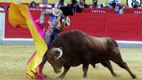 El diestro José Tomás da un pase con el capote en la Feria del Corpus en la plaza de toros de Granada.